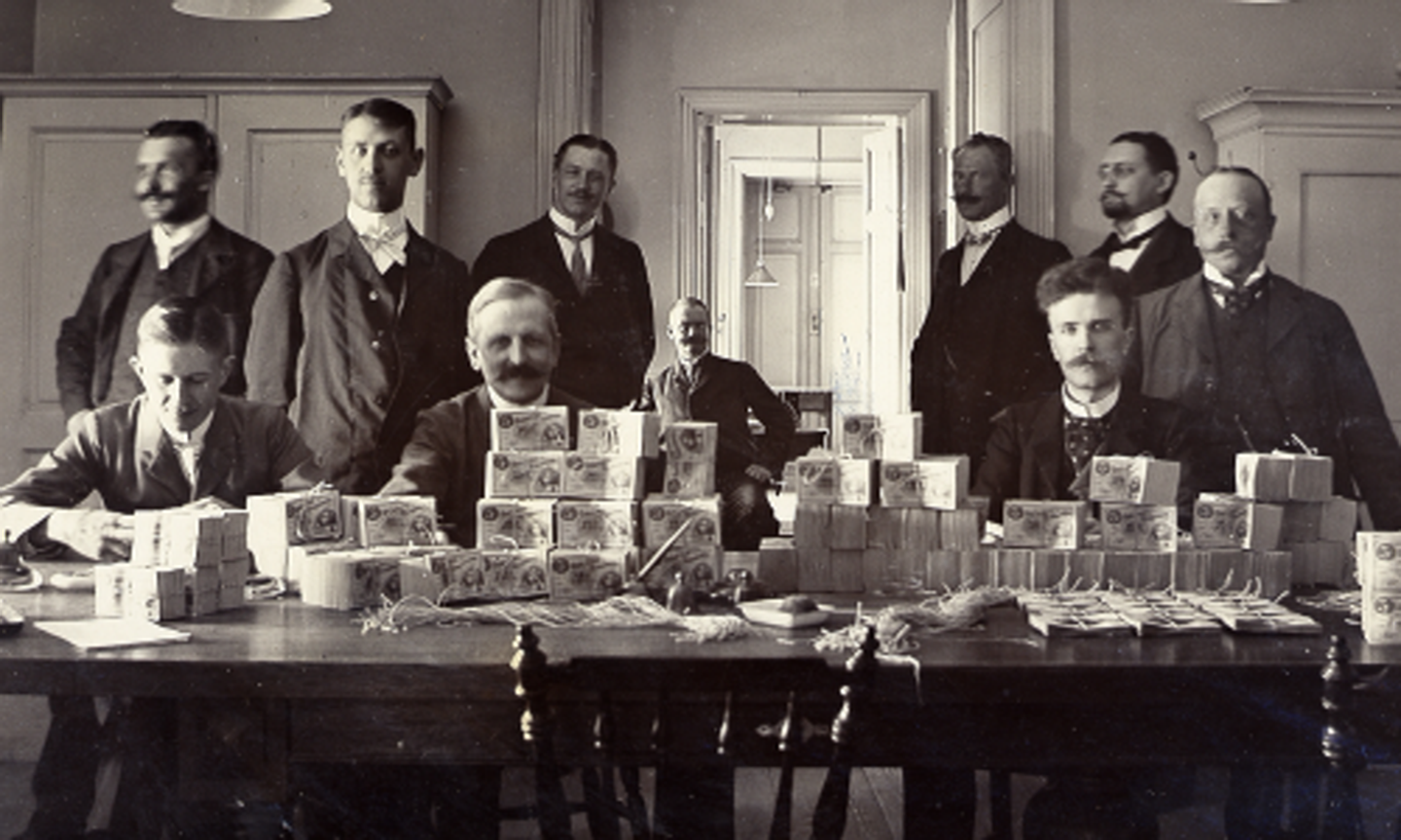 Counting banknotes at the Riksbank's banknote office at Järntorget on 17 June 1904.