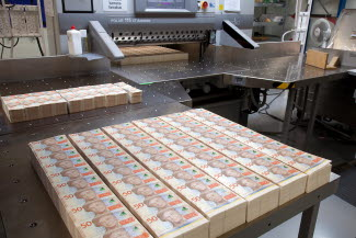 Manual cutting of sheets for SEK 50 banknotes